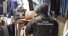 Na bazarze celnicy przechwycili podrabianą odzież