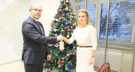 Betlejemskie Światełko Pokoju z rąk marszałka trafiło do Białostockiego Centrum Onkologii