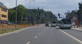 Autobusy się nie mieszczą na ulicy. Ale spokojnie, będą nowe znaki na jezdni