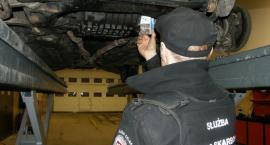 Przemytnicy ukryli papierosową kontrabandę w skrzyni biegów