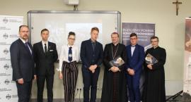 Młodzież sprawdzała się w konkursie wiedzy o Romanie Dmowskim