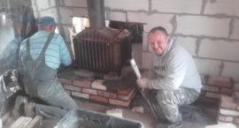Zima i śnieg nie przeszkadza w remoncie strażnicy w Łapach-Dębowinie
