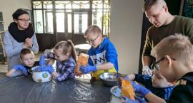 W Białowieży dzieci podczas ferii uczą się między innymi jak dokarmiać ptaki