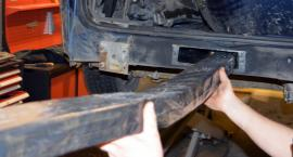 Przemytnicy ukryli nielegalne papierosy w podłodze samochodu