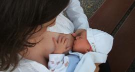 Polacy coraz częściej akceptują matki karmiące piersią w miejscach publicznych
