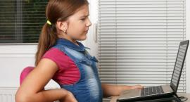 Jeśli dziecko spędza dużo czasu przed komputerem może mieć wady postawy