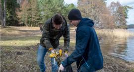Uczniowie z leśnikami posprzątali sobie skraj lasu