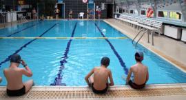 Chcesz nauczyć się pływać przed wakacjami? Przyjdź na pływalnię