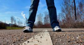 Chodząc pieszo dbaj o swoje bezpieczeństwo. Ubezpieczyciel z pewnością przeanalizuje Twoje zachowanie