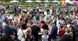 Zabawa w Skansenie trwała kilka godzin. Marszałek podzielił tort dla mieszkańców