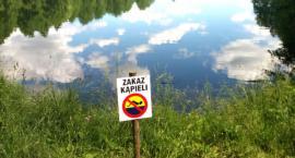 W tym akwenie wodnym kąpać się nie można. Obowiązuje zakaz