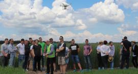 Uczniowie szkół rolniczych szkoli się z pilotowania drona