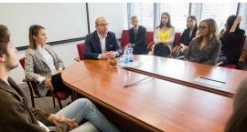"""Studenci wydziału prawa """"wpadli z wizytą"""" do marszałka"""