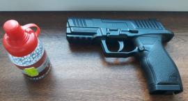 Policjanci zatrzymali nastolatka, który strzelał w kierunku komendy