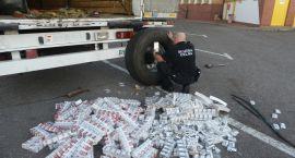 Pomysłowi przemytnicy - papierosy schowali w kołach naczepy tira (zdjęcia)