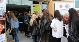 Tłumy kandydatów na studentów zapoznają się z ofertami uczelni wyższych