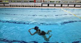 Dorośli też mogą się nauczyć pływać. Na przykład na Pływalni Kameralnej