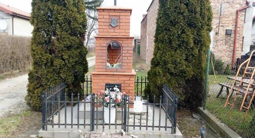cmentarze, KOLEJNA KAPLICZKA USZKODZONA - zdjęcie, fotografia