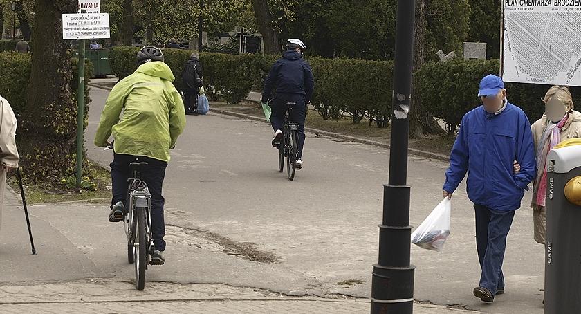 rowery, Rowerzyści Cmentarzu Bródnowskim - zdjęcie, fotografia