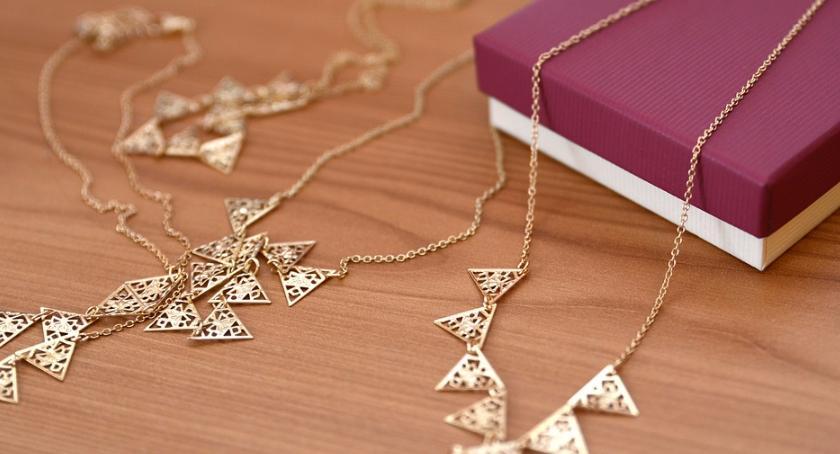 Na Sygnale , Ukradła lombardu biżuterię wartości - zdjęcie, fotografia
