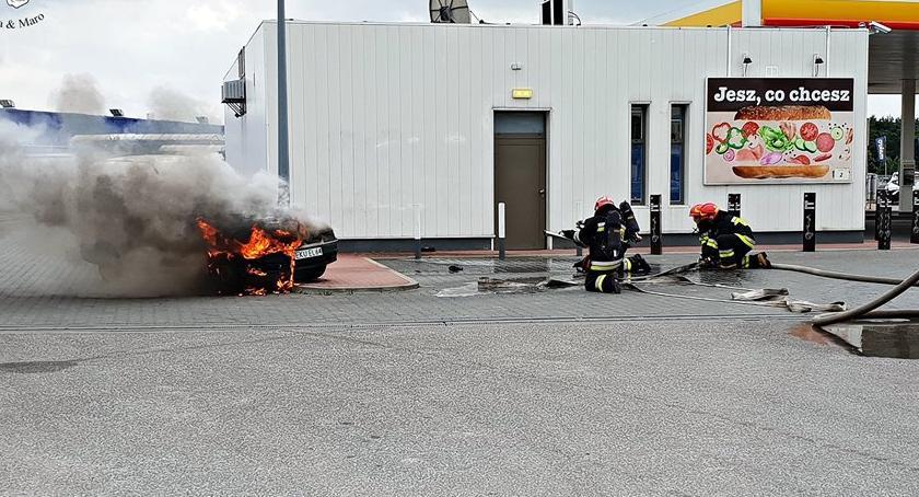 bezpieczeństwo, Pożar samochodu stacji paliw [ZDJĘCIA] - zdjęcie, fotografia
