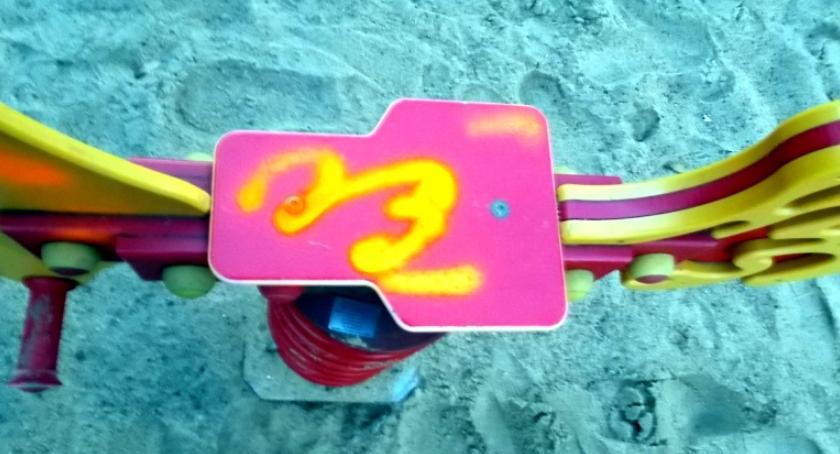 ulice i place, Palenie papierosów dewastacja zabawek niecodzienna rozrywka trzech latków - zdjęcie, fotografia