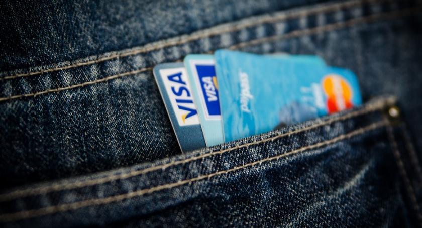 bezpieczeństwo, pijany miał sobie cudzą kartę bankową - zdjęcie, fotografia