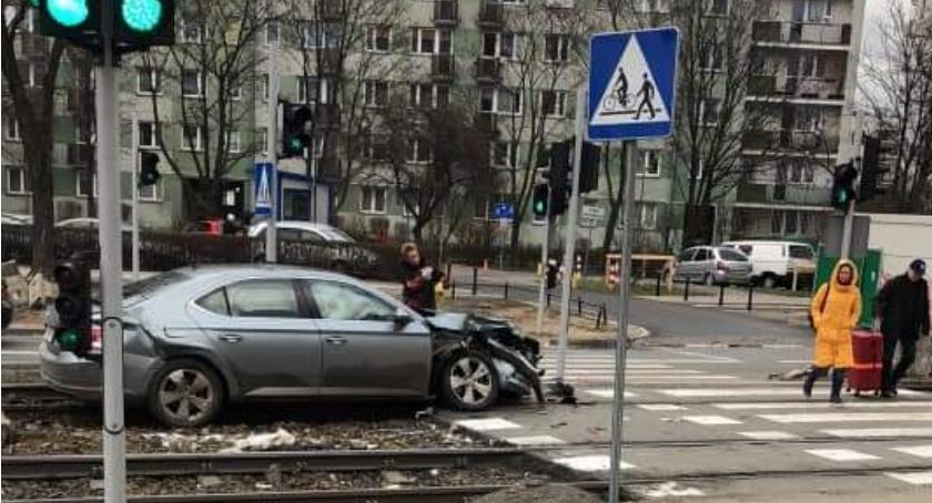 Wypadek na torach tramwajowych Rembielińska, kolizja samochodu z tramwajem