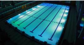 Nocne pływanie na Targówku. Piątki w pływalni POLONEZ za 9 złotych