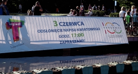 """Napis """"kwiatowy"""" w Parku Bródnowskim"""