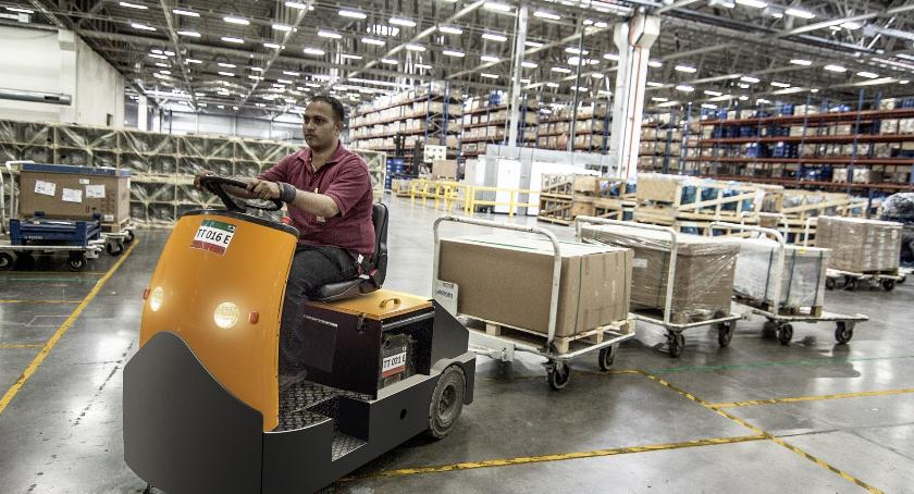 Handel i usługi, jakiej podstawie dobrać operatora logistycznego - zdjęcie, fotografia