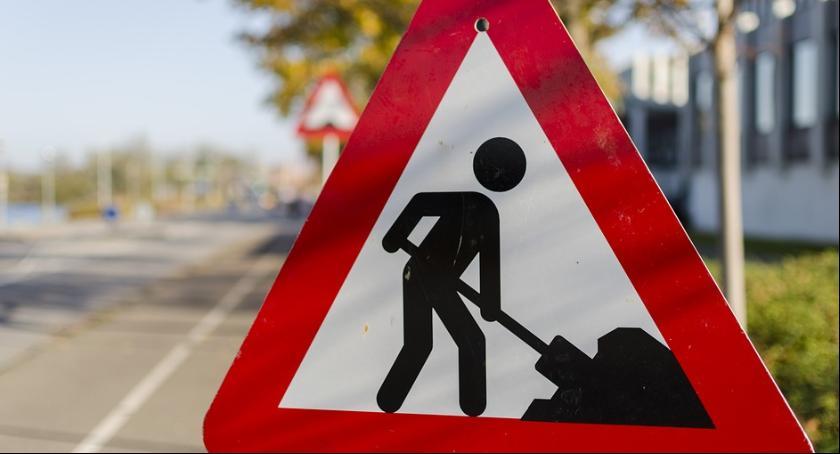 Roboty drogowe w Rembertowie związane z przebudową głównych dróg.