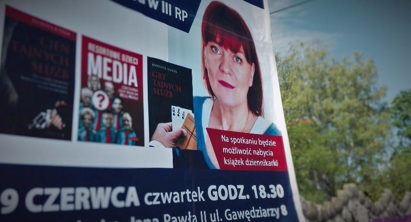 """Interwencje, Cień """"Gazety Polskiej"""" Rembertowem - zdjęcie, fotografia"""