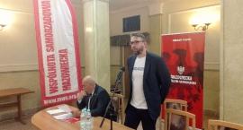 Zjazd samorządowców z reprezentacją Rembertowa w tle.