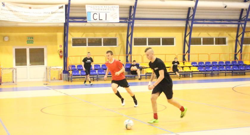 Piłka nożna, Wielgie prowadzi - zdjęcie, fotografia