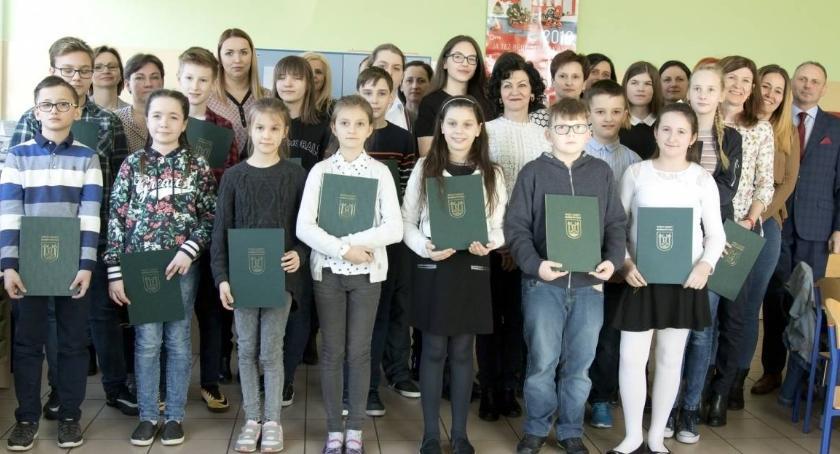 Oświata, Nagrody prymusów gminy Bobrowniki - zdjęcie, fotografia