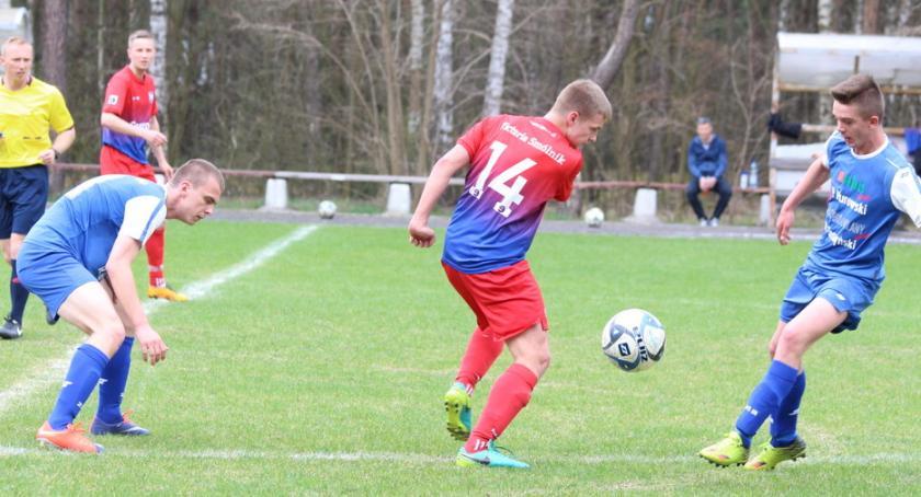 Piłka nożna, Wicher gromi wyjeździe [zdjęcia] - zdjęcie, fotografia