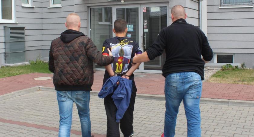 Kronika kryminalna, latek schował przed policją stołem - zdjęcie, fotografia