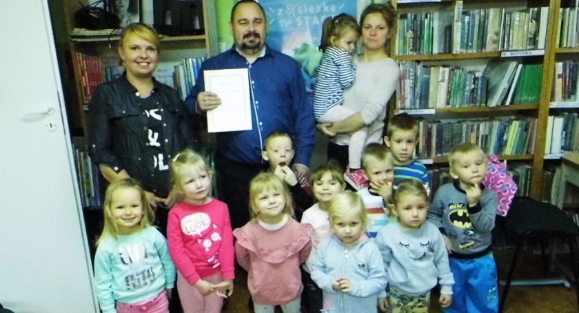 Edukacja, Biblioteczny debiut przedszkolaków - zdjęcie, fotografia