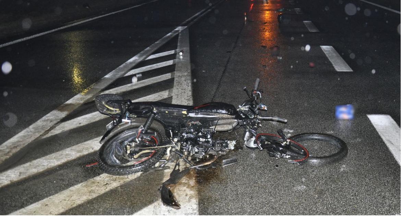 Wypadki, Motorower zderzył tirem - zdjęcie, fotografia