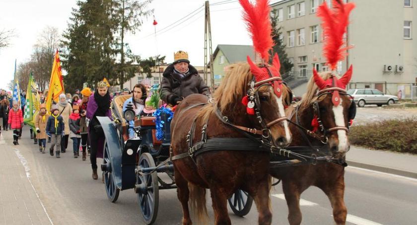 Wydarzenia lokalne, Tłumy orszaku trzech króli Tłuchowie - zdjęcie, fotografia