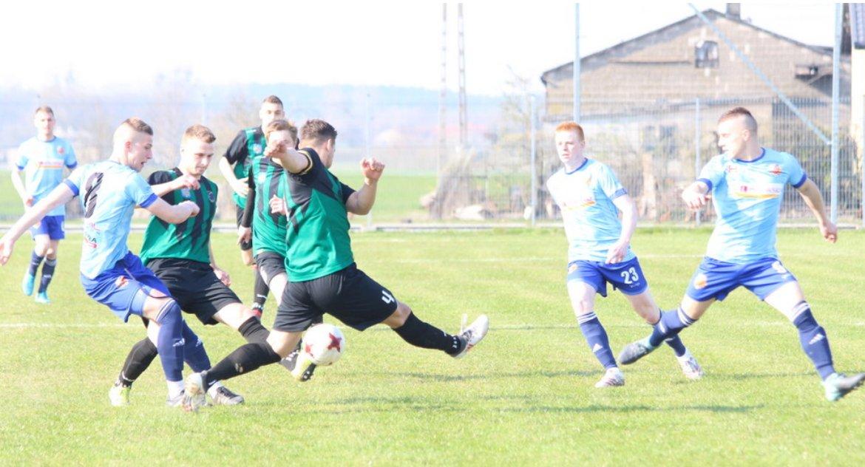 Piłka nożna, Orion utarł liderowi - zdjęcie, fotografia