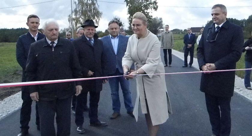 Samorządy Gminne, Asfalt pokrył drogę - zdjęcie, fotografia