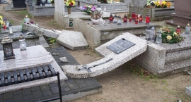 32-latek zniszczył kilkadziesiąt nagrobków na cmentarzu w Skępem - NOWE INFORMACJE