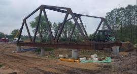 Stawiają most