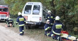 Wypadek busa w gminie Wielgie. 10 jednostek straży w akcji