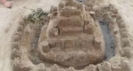 Budowali zamki z piasku na plaży w Skępem