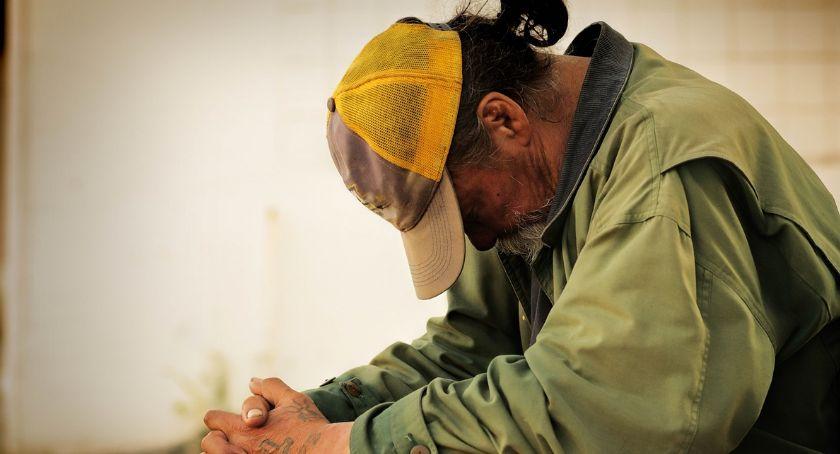 Człowiek bezdomny siedzący w samotności