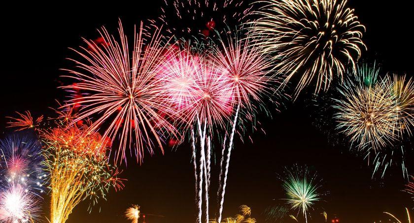 Pokaz fajerwerków na tle nocnego nieba