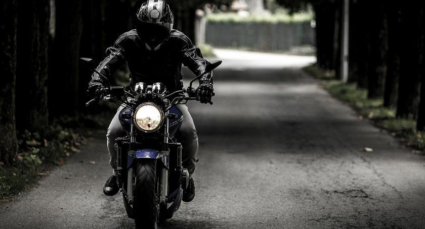 Motocyklista prowadzący motocykl